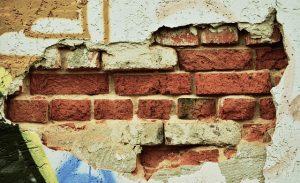 איך נזהה שיש צורך בשיקום קיר חיצוני ומהי הדרך היעילה לתקנו?